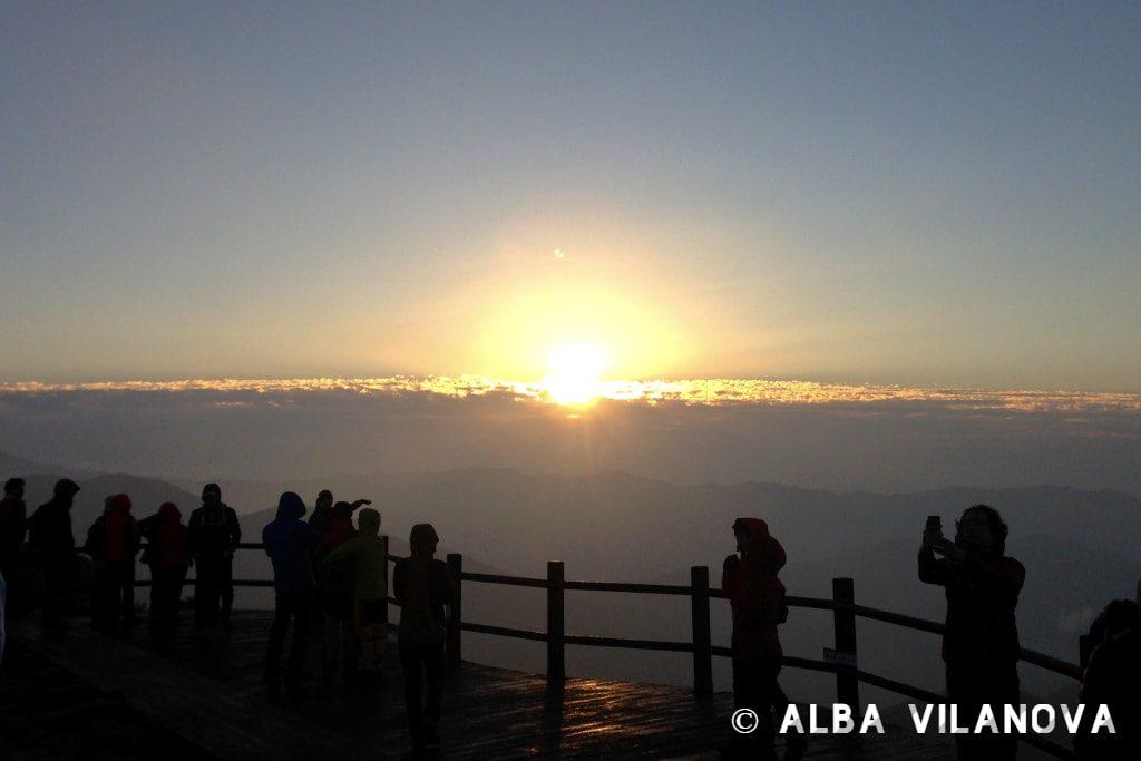 Esperando a ver el amanecer en el pico Nogodan en el parque nacional Jirisan - Corea del Sur - Viajar - Blog de Alba Vilanova