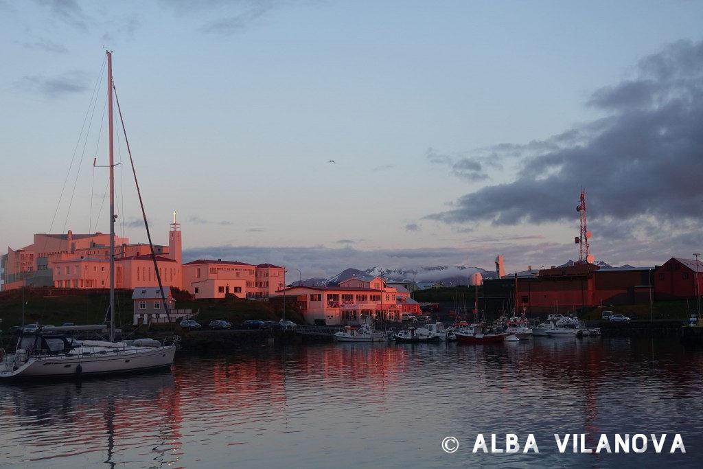La luz del atardecer ilumina el pueblo de Stykkishólmur - Islandia - Viajar - Blog de Alba Vilanova