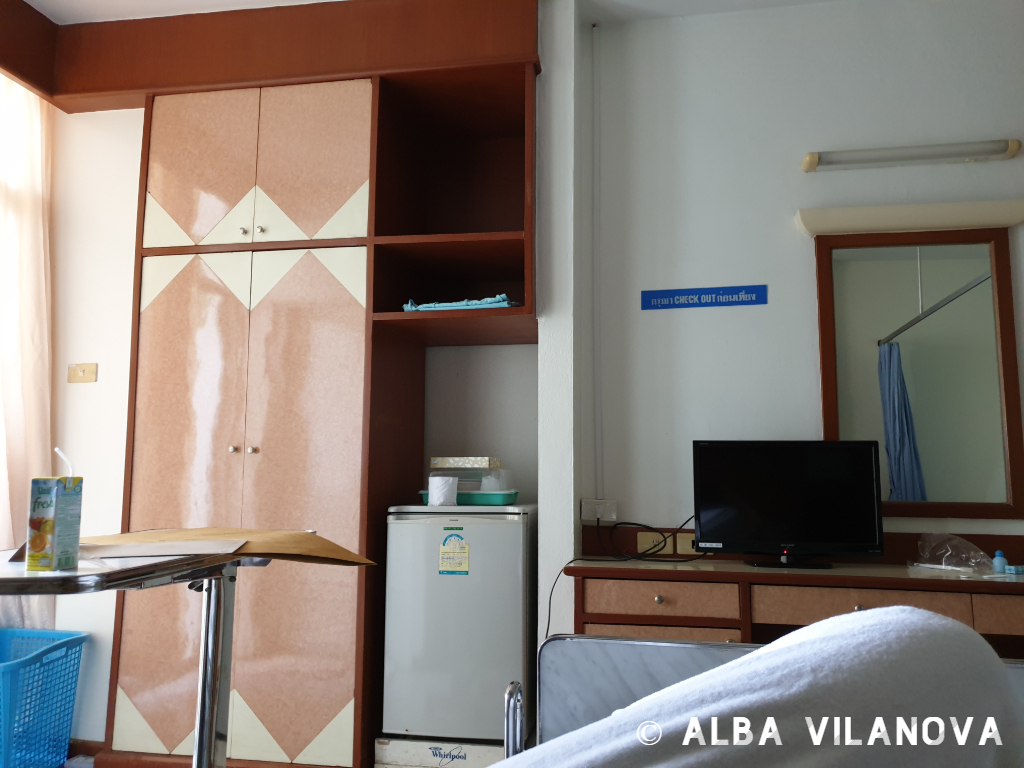 Vista de la habitación desde la cama en el hospital Thanakarn de Kanchanaburi - Tailandia - Viajar - Blog de Alba Vilanova