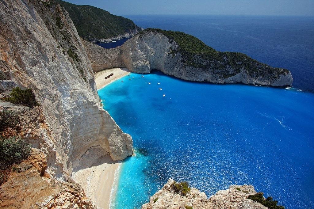 La playa Navagio, también llamada la Cala de los Contrabandistas, en Zakynthos @ Julius Silver - Grecia - Viajar - Blog de Alba Vilanova