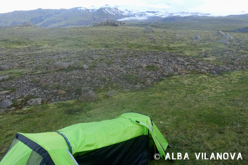 Mi querida tienda de campaña ya bien colocada durante la ruta entre entre Skógar y Thórsmörk - Islandia - Viajar - Blog de Alba Vilanova