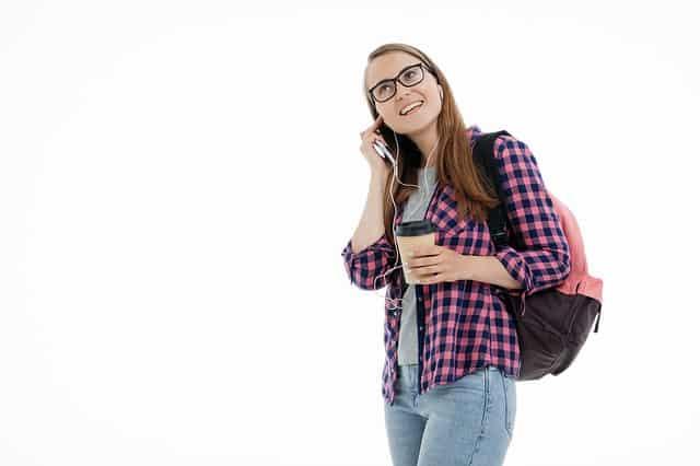 Estudante ouvindo música - Aprender espanhol com música - Blog de Alba Vilanova
