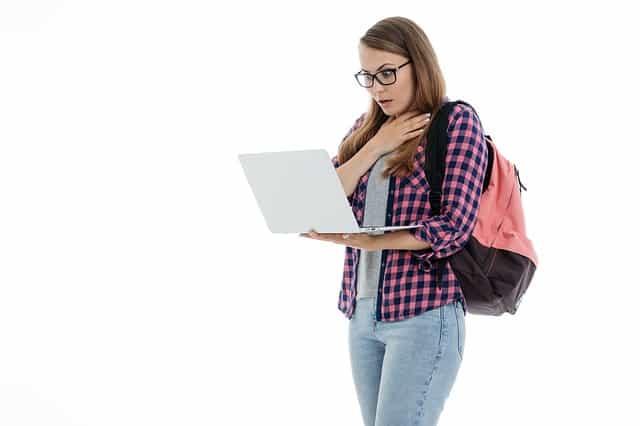 Estudante lendo - Aprender espanhol com livros - Blog de Alba Vilanova